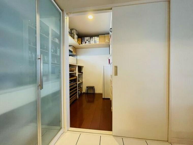 収納 キッチンには奥行2mx幅2mの大型パントリー。まとめ買いしても心配要らずの収納力です。