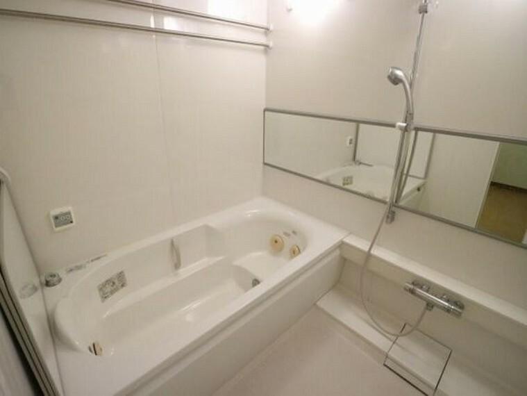 浴室 1620サイズのブローバス。ブルーダウンライトの付いた調光システム付です。