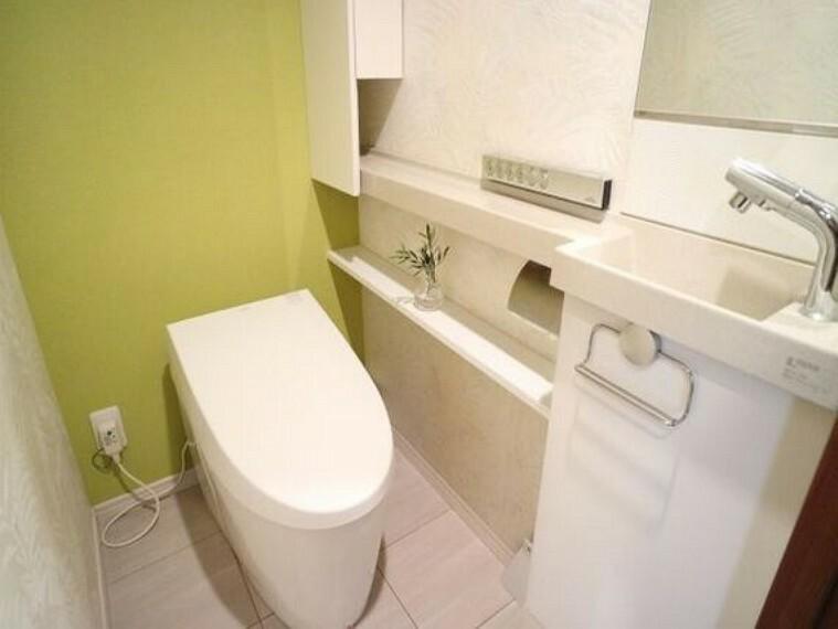 トイレ タッチレス水栓の手洗い場がついたトイレ。人感電動フルオート、来客に配慮した音姫付。