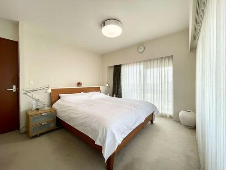 洋室 ルーフバルコニーに面した二面採光の明るい寝室。室内にいながら空を見上げたり多摩川を見下ろすことができます。休日の朝はゆったりとした贅沢な時間が過ごせます。