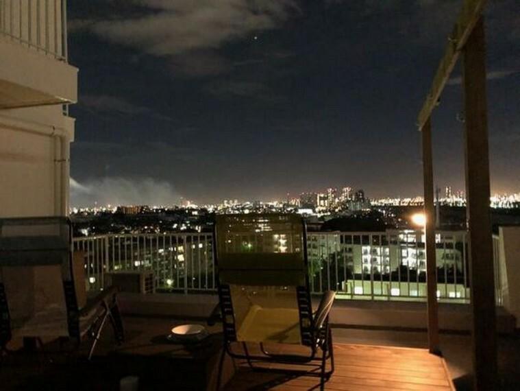 眺望 特別なイベントがなくても、 一歩バルコニーで出て夜景を眺めればいつでも自宅が非日常的な空間に。解放感あふれる眺望は昼夜の時間を問わず楽しめます。