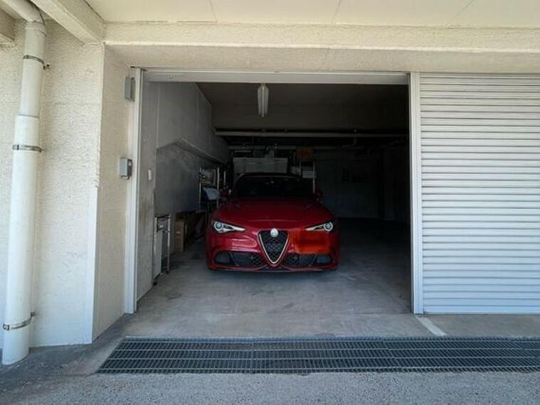 敷地内駐車場 専用使用権付きの駐車場は電動シャッター付き、縦置きで大小2台入庫可能な大型駐車場です。
