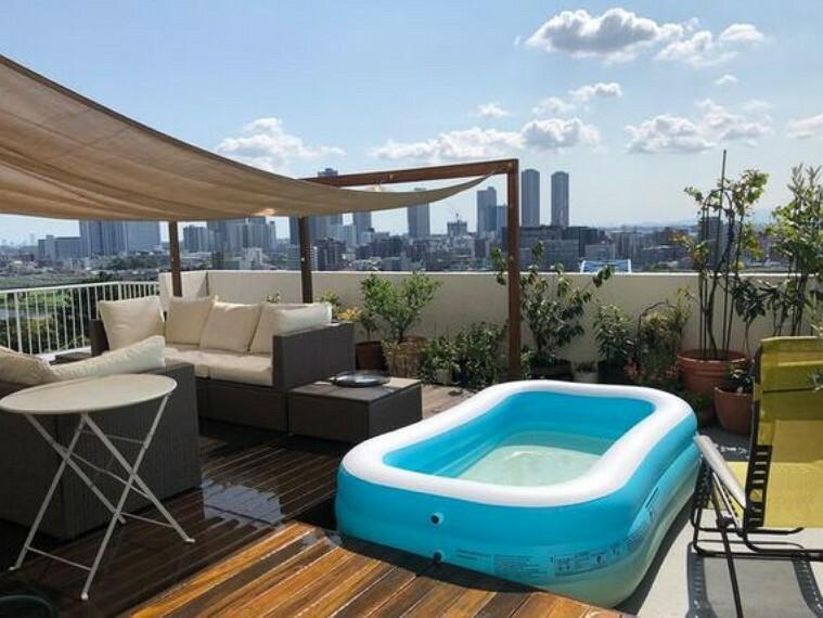 バルコニー ランチしたり、夏の時期は小さなプールを置いたり。住まわれる方によって使い方も変わるルーフバルコニー。
