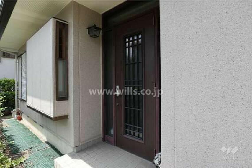 玄関 玄関玄関とは別に、キッチンに勝手口が付いているため、玄関を通らずに生ごみを外に出すことが可能です。