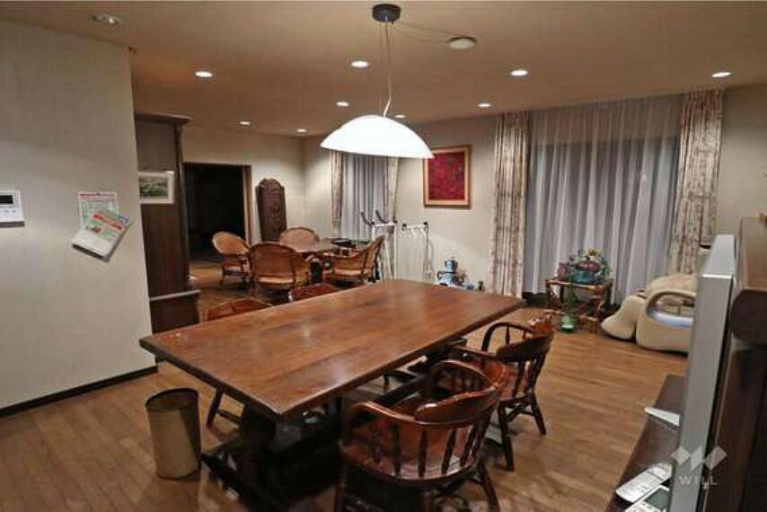 居間・リビング LDK。約22帖の広さがあるので、ダイニングテーブル、リビングテーブルを置いてもなおスペースに余裕があります。