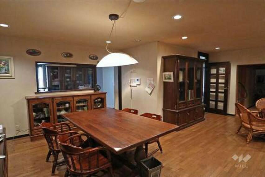 居間・リビング LDK。西と南の二面採光で明るいお部屋。カウンタータイプなので、家事をしながらリビングのお子様の様子やテレビをご覧になれます!