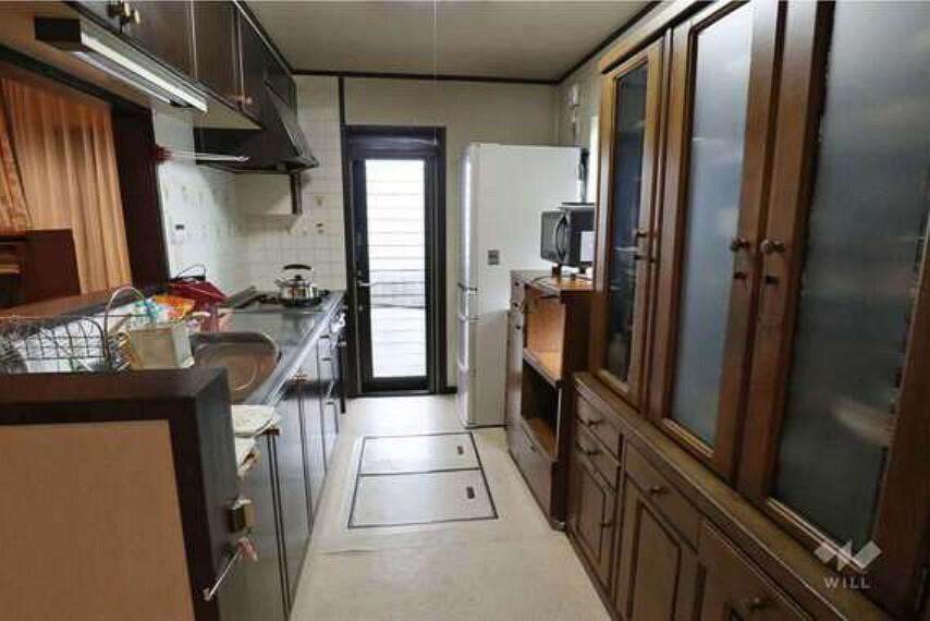 キッチン キッチン。勝手口付きのためごみを外に出しておく際に便利です。床下収納もついており、ちょっとした備蓄収納にお勧めです。