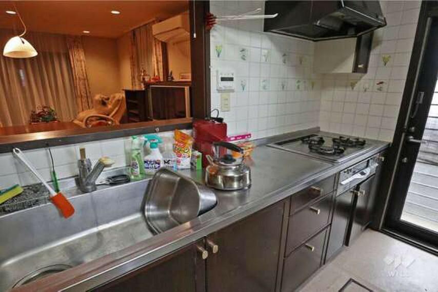 キッチン キッチン。3口コンロ、グリル付きのシステムキッチンです。洗い場部分が広いので、調理しながら洗い物が増えても邪魔になりません。