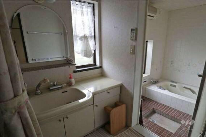 洗面化粧台 洗面室。キッチンと行き来ができ家事効率の良い間取です!鏡が大きいので朝家族の支度時間がかぶっても、同時に身支度していただけます。