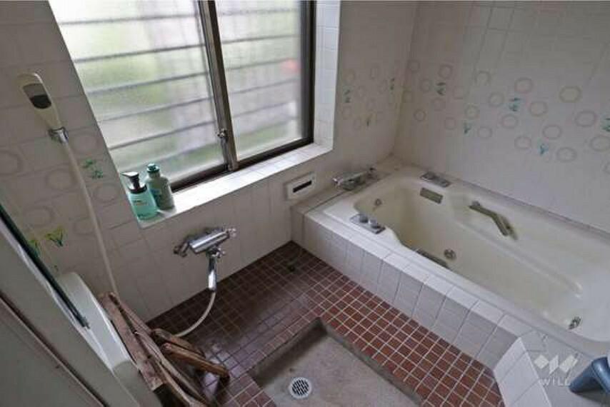 浴室 浴室。お掃除のしやすい床が特徴です。大きめの窓のため、光が入ってくるだけでなく、通気性にも優れています。