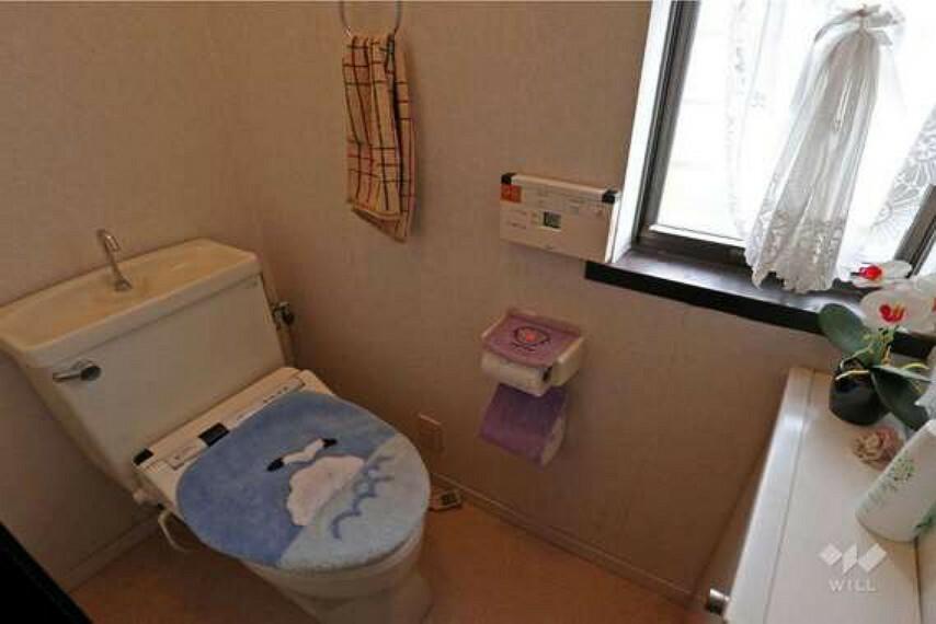 トイレ トイレ。紙やタオルのストックや掃除用品を入れておける収納もあり便利です。収納の上や窓枠を活用してインテリアを飾ることもできます。