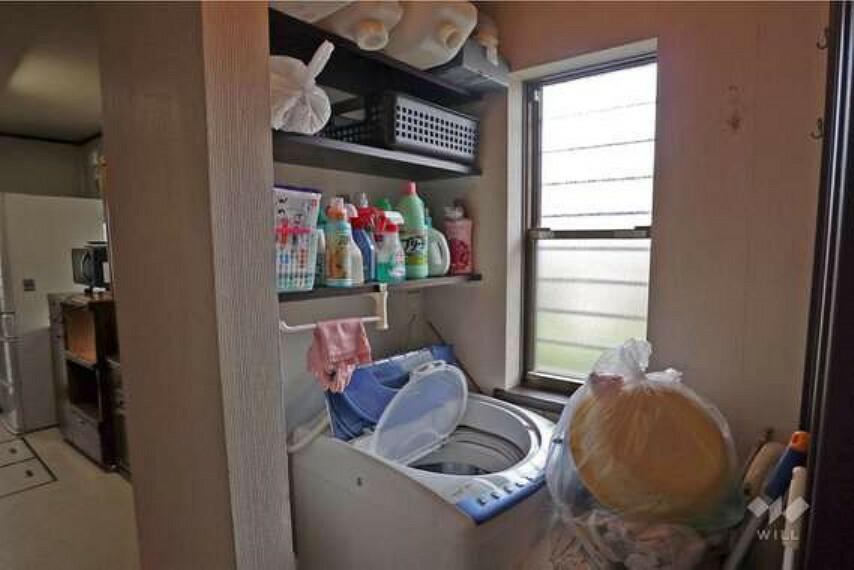 洗面化粧台 洗面室と別にユーティリティが設けられているので、洗濯機が洗面スペースを圧迫することがありません。キッチンから近く家事導線に優れています。