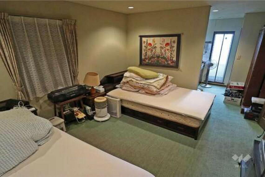 洋室。約11帖の広さがあるのでベッドを2台置いてもこの余裕があります!書斎側のバルコニーからも光が入ります。