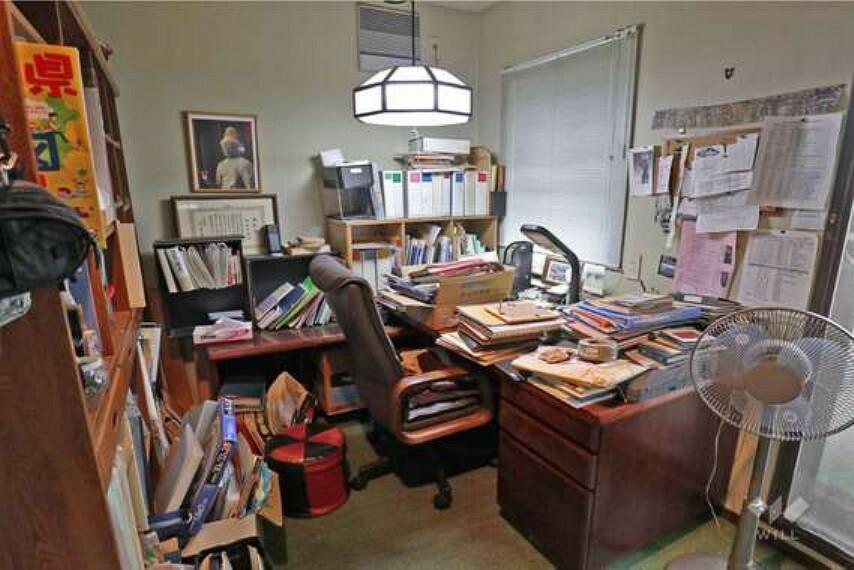 書斎の様子。ライフスタイルに合わせて様々な用途でお使いいただけます。テレワークにも便利なスペースです!