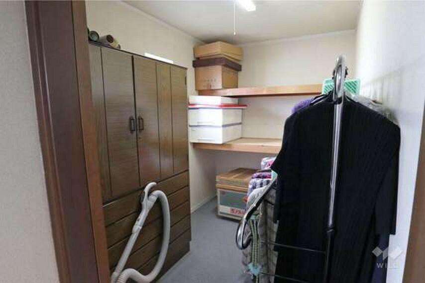 収納 納戸。洋室造りの広々とした納戸です。こちらは、収納スペースとしてはもちろんですが、お子様のお部屋としても使えそうです。