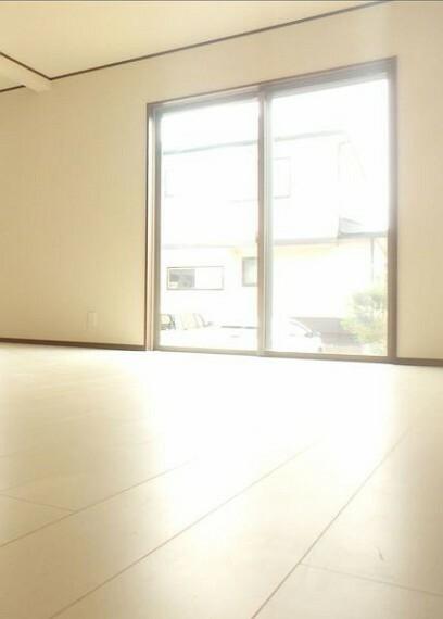 居間・リビング 大きな窓から明るい陽射しが注ぎます