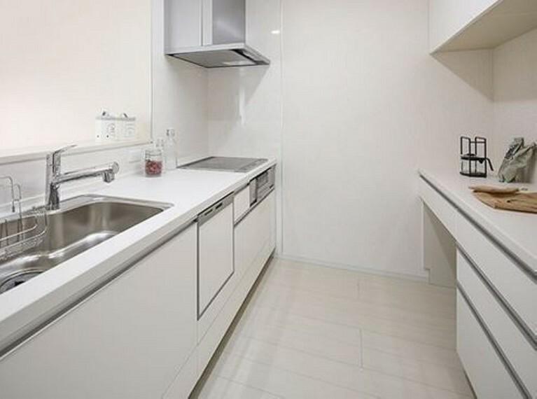 キッチン 収納豊富、食器洗い機のカウンターキッチン