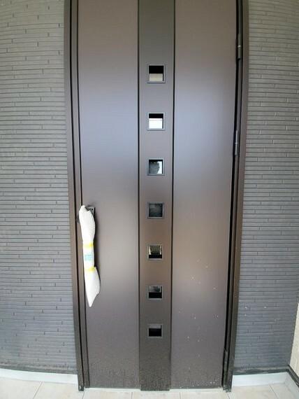 玄関 明るい玄関先に光が注げる頑丈な玄関ドア!