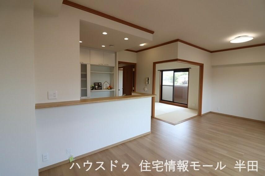 居間・リビング 隣接する和室の引き戸を開けると、リビングの延長としての利用も可能です。