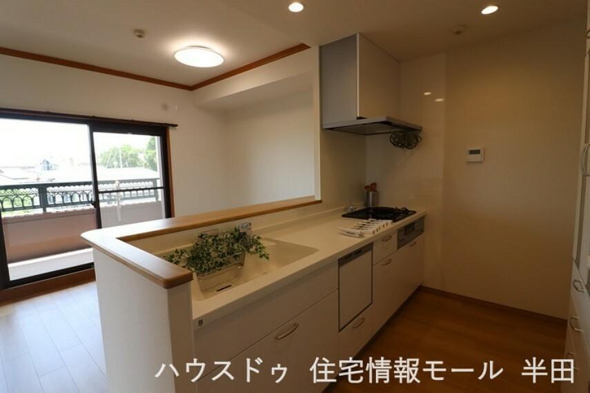 キッチン 白基調の清潔なキッチンは、ダイニングを見渡せるカウンターキッチン。