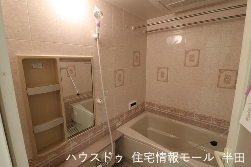 浴室 追い炊き機能付きの浴室! アクセントタイルがスタイリッシュですね。