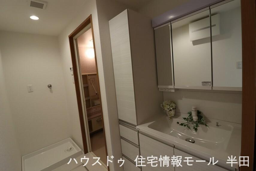 洗面化粧台 収納スペースが豊富な洗面室 リネン類がスッキリ片付きますね。