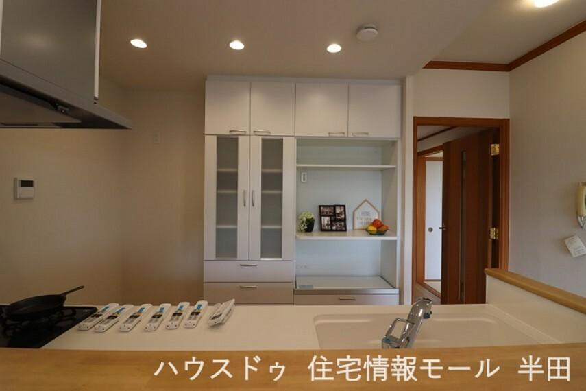 キッチン 飾り棚付きのおしゃれなキッチンボードは収納もたっぷり