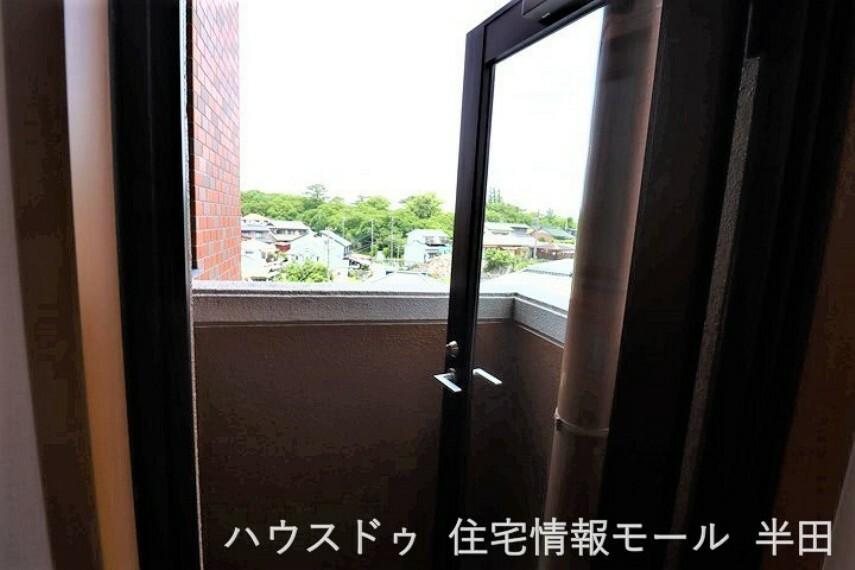 バルコニー 玄関横の4.5帖洋室には専用バルコニー付き!