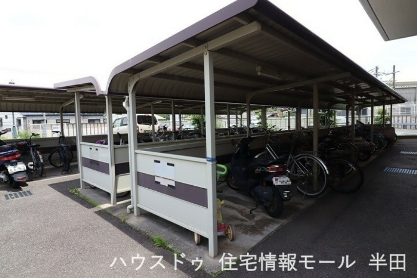 強い日差しや雨や風から守ってくれる屋根付きの駐輪場