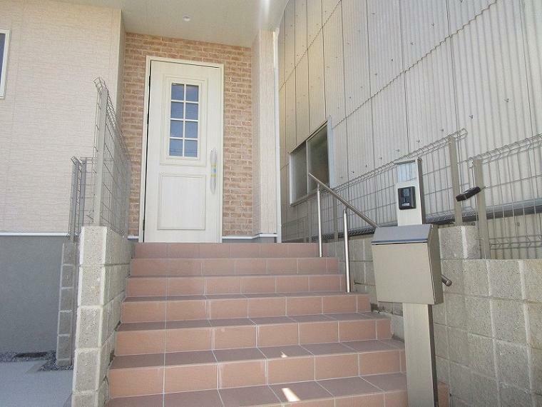 玄関 お洒落なアプローチ階段 (2021年9月11日撮影)