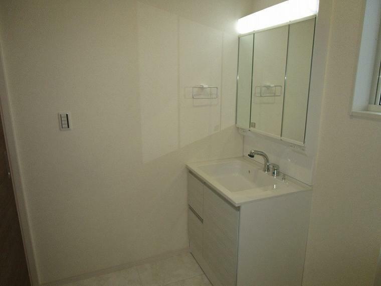 洗面化粧台 リビング続きに洗面・浴室があるので、動線がスムーズで家事の時短になります (2021年9月11日撮影)