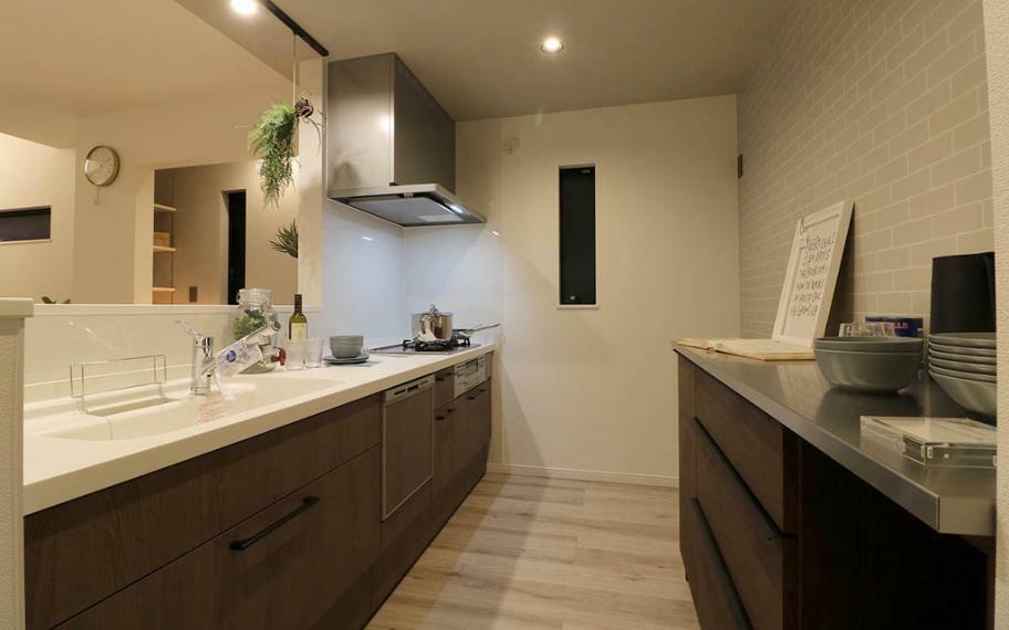 キッチン 施工例■クローズドキッチンなので、調味料など散らかっていてもOK。パントリー2か所とカップボードがあるので、見せたくないものは隠しちゃいましょう。