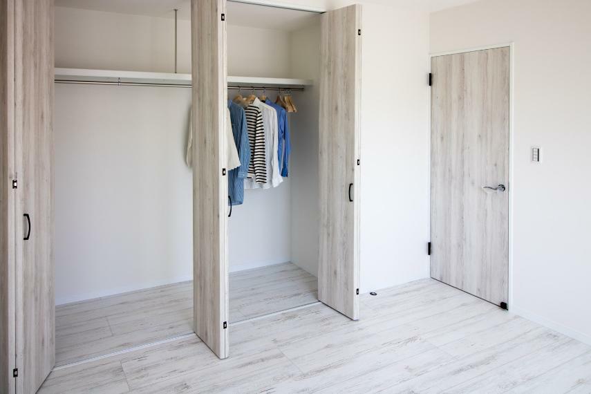 収納 施工例■クローゼット収納のあるお部屋は、ベッドスペース、デスクスペースをしっかり確保することができ、収納家具は不要で自然と片付くお部屋に。