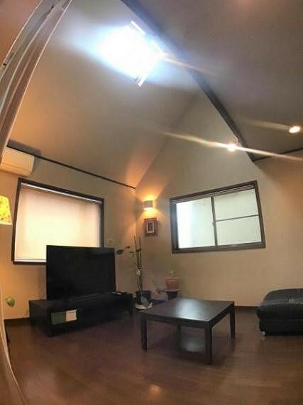 リビングダイニング 勾配天井の高さのあるリビングには天井窓があり、南からの日差しを逃しません。