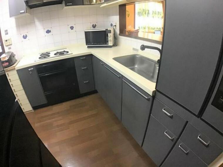 キッチン 統一された色調のキッチンスペースは料理の腕も上がります。