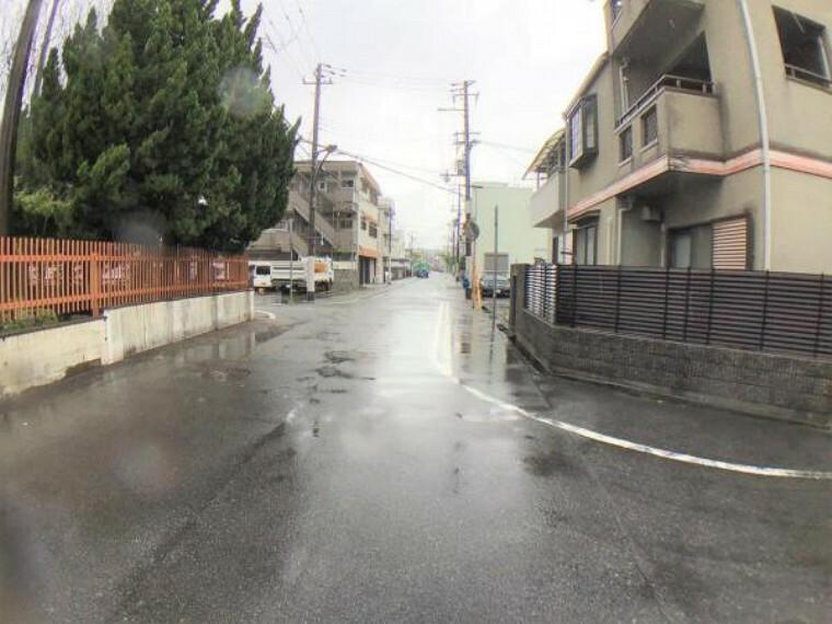 現況写真 南側道路は幅員が7Mもありますが、向かいが学校のグラウンドなのでもっと広く感じます。