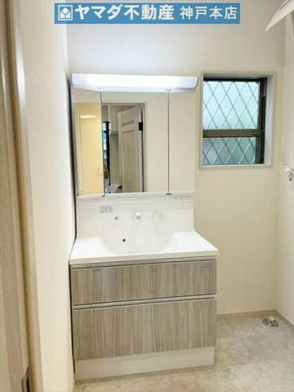 洗面化粧台 三面鏡ミラーキャビネットで小物もスッキリ収納可能です。