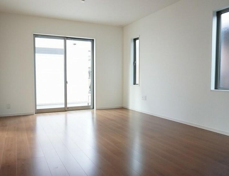 居間・リビング 同仕様写真。おしゃれで過ごしやすいリビングです。隣接する和室と合わせると22.2帖以上の大空間になります。電動雨戸シャッター付き^^