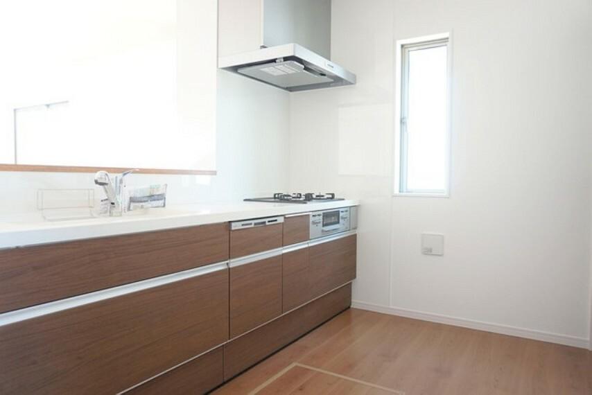 キッチン 同仕様写真。耐久性にも優れた人造大理石トップです。汚れもサッと拭き取ることができ、お掃除もラクラク。対面式キッチンが家族の会話も盛り上げます。食器洗浄乾燥機付。