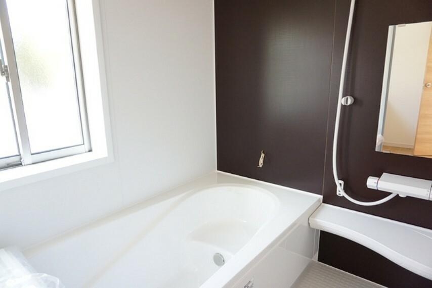 浴室 同仕様写真。1坪サイズの浴室は、足をのばしてリラックスできます。浴室乾燥機付きなので、雨の日も気にせず洗濯物が干せます。