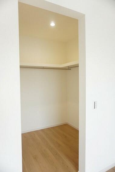 収納 同仕様写真。ウォークインクローゼット付きの洋室。スペースも広く、毎日のコーディネートが楽しくなります^^