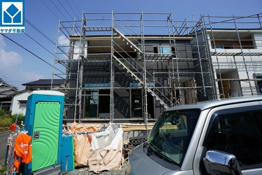 現況外観写真 JR鹿児島線「千鳥」駅まで徒歩約14分、中学校まで徒歩約5分の立地です。2021年9月末完成予定です。完成をお楽しみに(^^