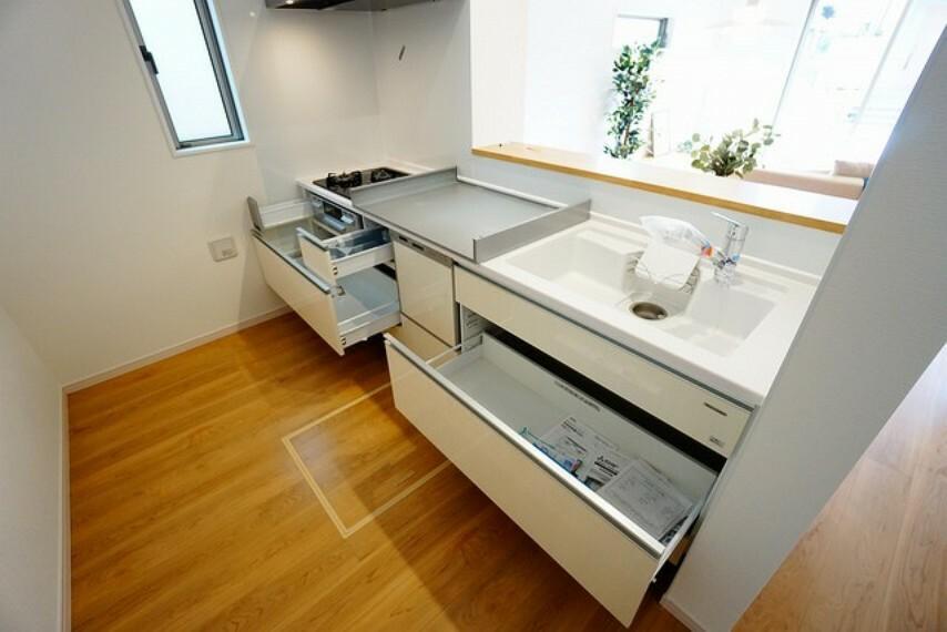 キッチン 耐久性にも優れた人造大理石トップです。汚れもサッと拭き取ることができ、お掃除もラクラク。対面式キッチンが家族の会話も盛り上げます。食器洗浄乾燥機付。