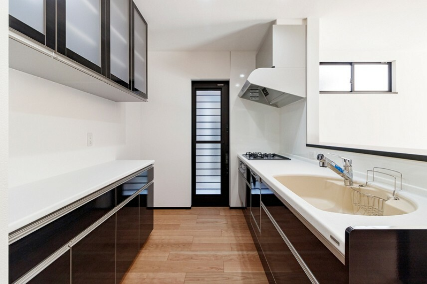 キッチン 1号棟 収納力に優れたシステムキッチン!便利な床下収納付きです!