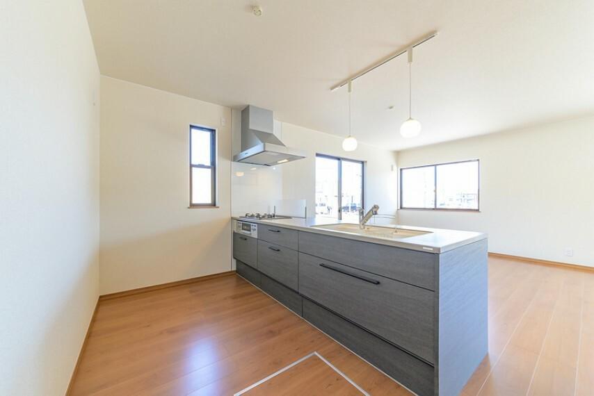 キッチン 収納力に優れたシステムキッチン!便利な床下収納付きです!