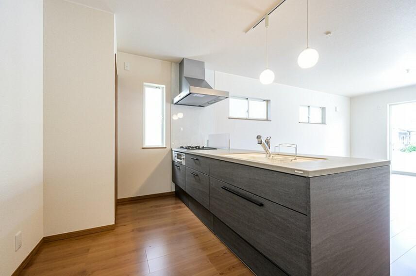 キッチン F号棟 収納力に優れたシステムキッチン!便利な床下収納付きです!