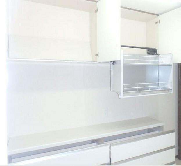キッチン 備え付けのカップボードにダウンウォール