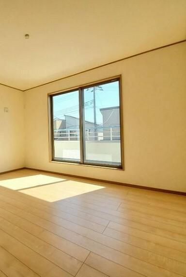 洋室 2階の洋室は光と共に明るい暮らしが実現