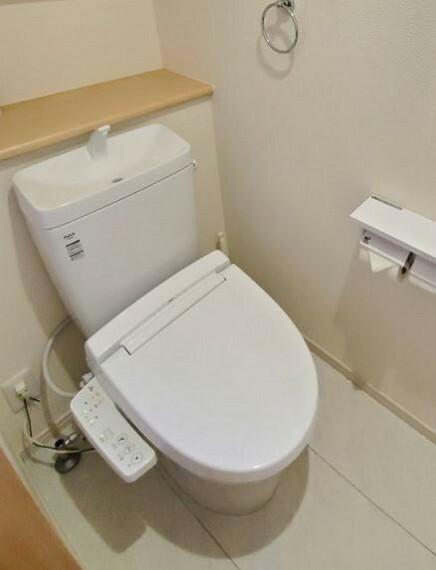 トイレ 温水洗浄便座・収納付・窓付トイレが2ヶ所