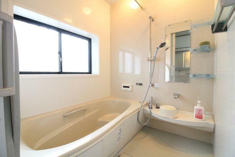 浴室 大きな窓が付いています